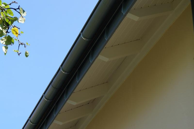 dachuberstand verkleiden nachher verlangerter dacha 1 4 berstand mit neuer zinkrinne scha tzt die fassade verkleidung kunststoff