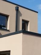 Auf Architektur abgestimmt: Wasserfangkasten und Fallrohr in individuellem RAL-Ton.