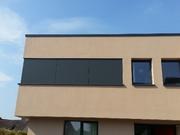 Dekorativ: farblich auf die Fensterrahmen abgestimmte Fassadenverkleidung aus HPL-Platten.