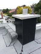 Individuell: mit Alu-Verbundplatten verkleideter und gedämmter Kaminkopf auf Flachdach.