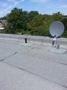 Vorbereitung für Photovoltaikanlage: mit Flüssigkunststoff abgedichtetes Leerrohr auf Flachdach.