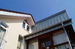 nachher: neue hinterlüftete Fassade aus vorbewittertem Zink in Stehfalztechnik