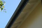 nachher: verlängerter Dachüberstand mit neuer Zinkrinne schützt die Fassade
