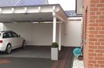 Holzcarport mit Geräteraum. Farblich abgesetzte Dachrandabdeckung aus Metall
