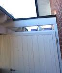 Carport mit Tür. Farblich angepasste Metallabdeckung.