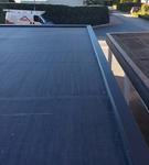 Einlagige Flachdachdichtung mit EPDM-Folie. Hochwertige, indirekt befestigte Dachrandabdeckung.