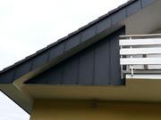 Teil des Giebels und des vergrößerten Dachüberstandes