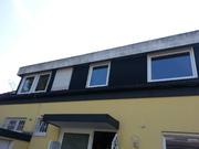 Das Dach ohne jeglichen Überstand und marode Dachrinne