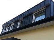 Großes Dachüberstand mit der Dachrinne aus Aluminium