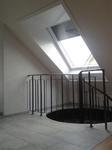 Raumgewinn: Mehr Kopffreiheit durch Montage eines neuen Roto-Dachfensters gedämmten Roto Designo Aufkeilrahmen.